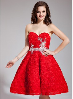 A-Line/Princess Sweetheart Knee-Length Lace Prom Dress With Beading Flower(s)