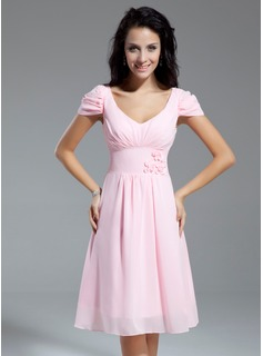 A-Line/Princess V-neck Knee-Length Chiffon Homecoming Dress With Ruffle Flower(s) (022014968)