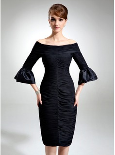 Linjeform Off-the-Shoulder Knelengde Chiffon Charmuse Cocktailkjole med Frynse