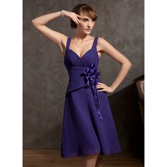 A-Line/Princess V-neck Knee-Length Chiffon Homecoming Dress With Ruffle Flower(s)