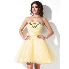 A-Line/Princess Sweetheart Knee-Length Organza Homecoming Dress With Ruffle Sequins