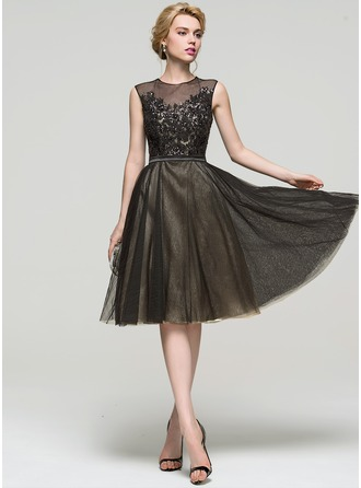 A-Line/Princess Scoop Neck Knee-Length Tulle Cocktail Dress With Sequins